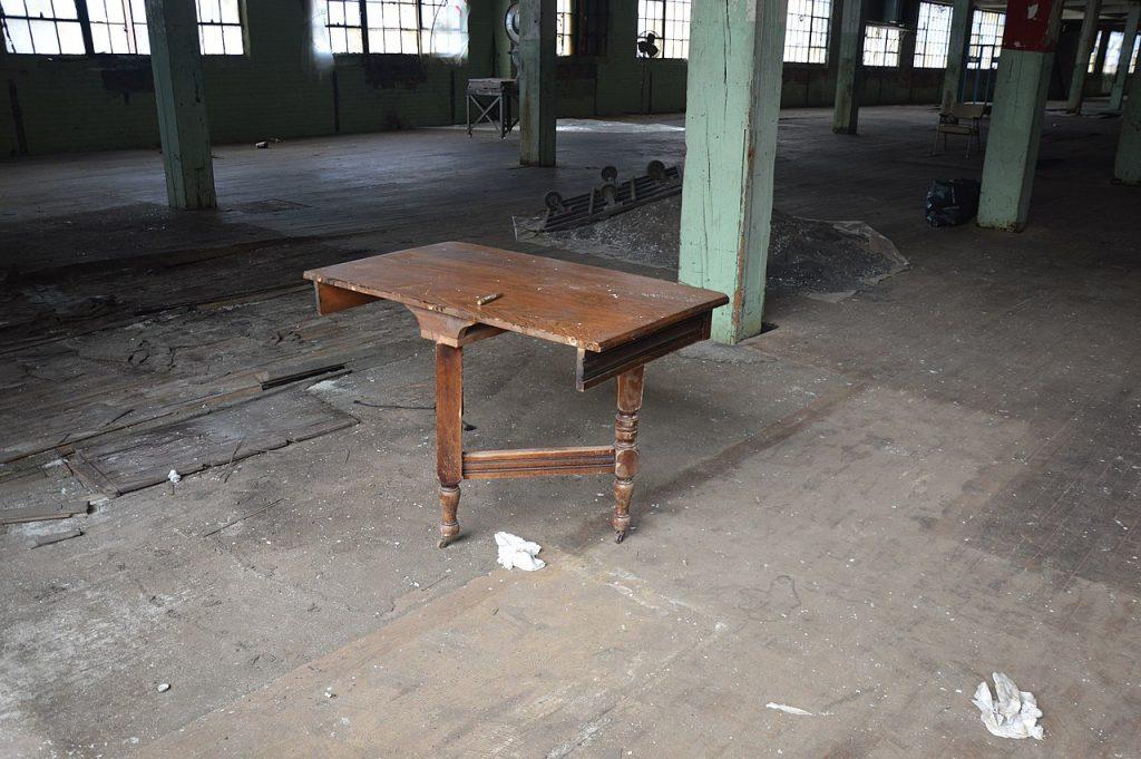 Tisch mit scheinbar nur zwei Beinen